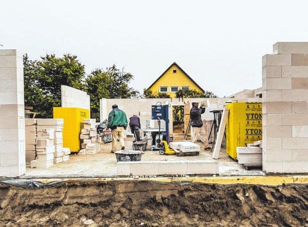 Das neue Eigenheim braucht Versicherungsschutz – auch gegen Risiken während der Bauphase sollte man sich absichern.