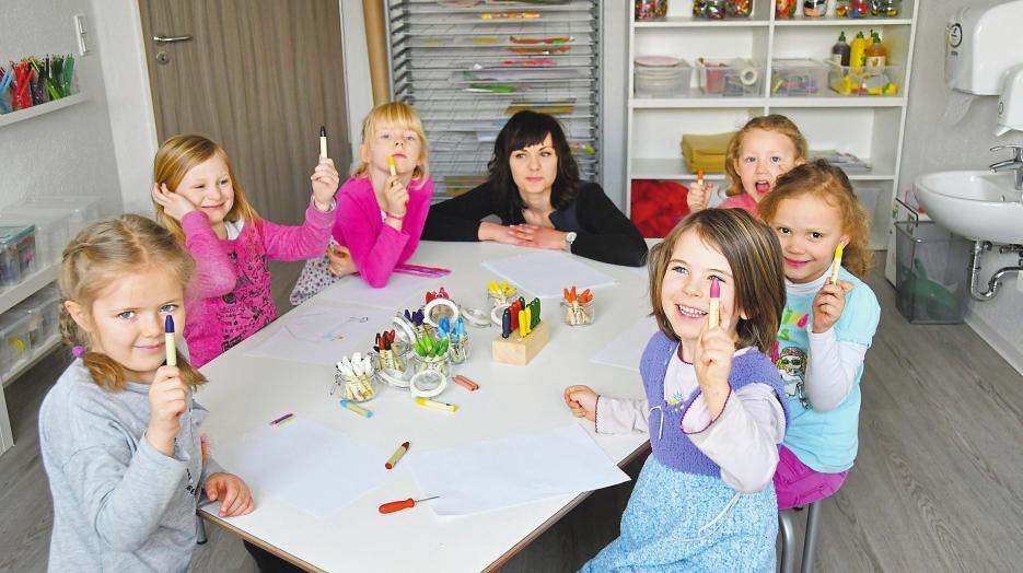 In jedem der beiden Ateliers in der fünfgruppigen Kinderland-Kita stehen für die Kinder eine Vielzahl von Farben und Materialien zur Verfügung.