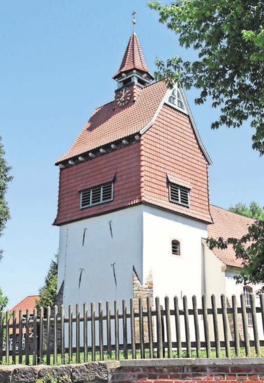Mitten im Dorf steht die Kirche zum Guten Hirten.