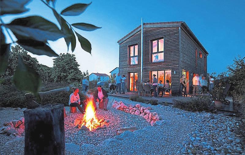 Moderne Architektur im ländlichen Umfeld: Von der naturbelassenen Holzfassade über die Terrassenbeplankung bis hin zu den Parkettböden und in Sichtbauweise ausgeführten Geschossdecken setzt der Entwurf dabei konsequent auf die Wärme und Behaglichkeit des Werkstoffes Holz. Die Flächenaufteilung wurde optimal auf zwei Bewohner abgestimmt und ist dennoch großzügig. Durchdachte, hochwertige Details sorgen für ganz persönlichen Luxus und halten das Haus auch im Alter ideal bewohnbar. Fotos: Aumann Haus GmbH/DHV