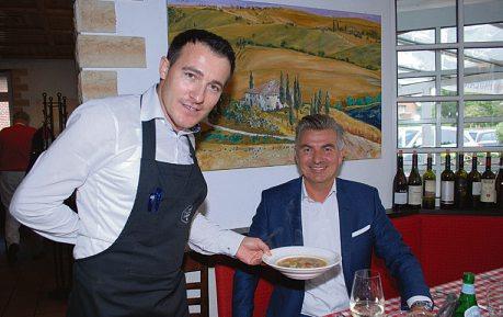 Stammkunde Thomas Klinge schätzt im Restaurant Barolo die von Otti servierte Minestrone Foto: Tina Jordan