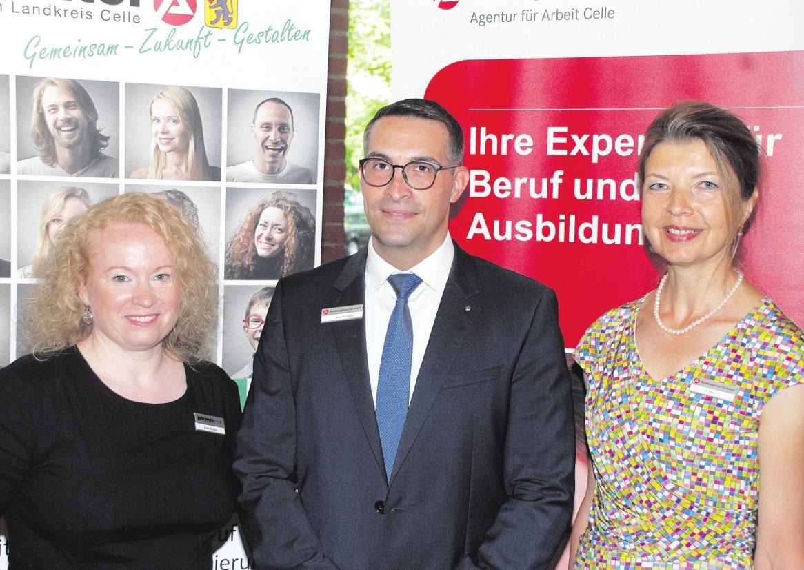 Dyana Mieske (von links), Sven Rodewald und Sabine Mix bei der sechsten Frauenberufsbörse. Foto: Göpfert