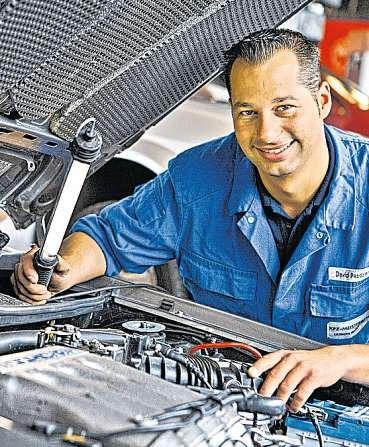 Kfz-Meister David Pasdzierny führt eine Fahrzeug-Diagnose durch.FOTOS: PASDZIERNY