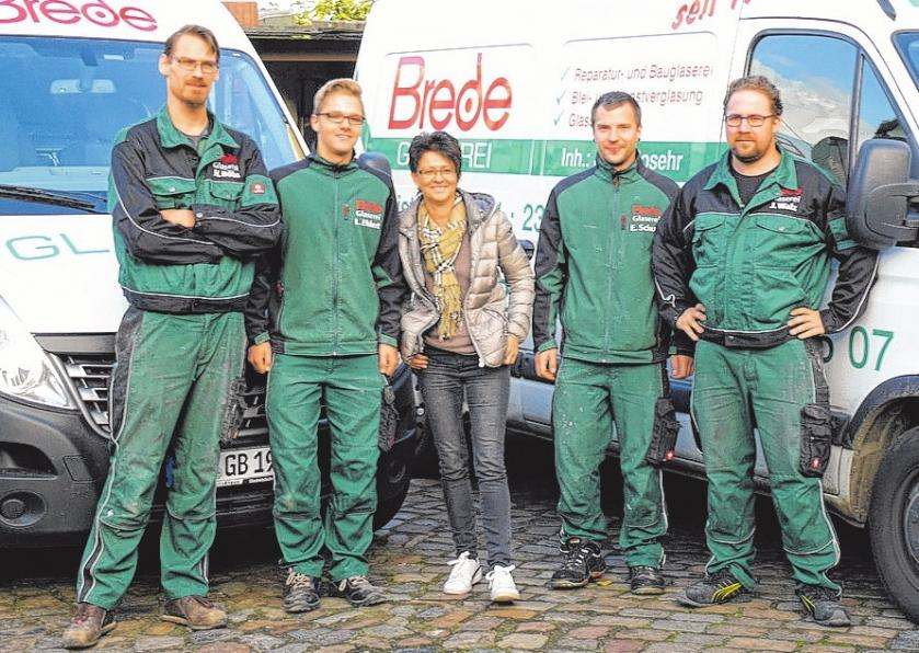 Experten in Sachen Verglasung: Das Team von Glaserei Brede um die Inhaber Katrin Rosehr (Mitte) und Hendrik Böbs (li.). FOTO: CP