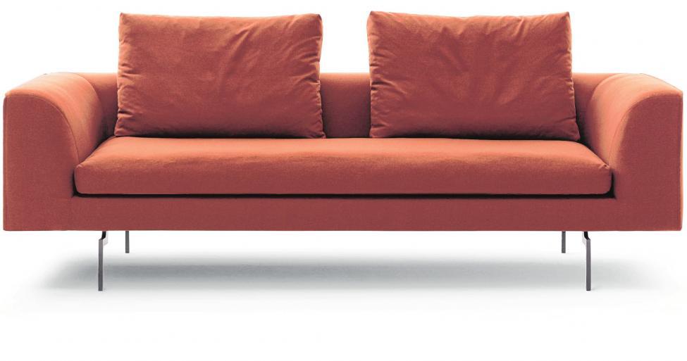 Mit Lücke: Vor der tiefen Lehne des neuen Sofas Moss von COR sitzen zwei Kissen mit deutlichem Abstand