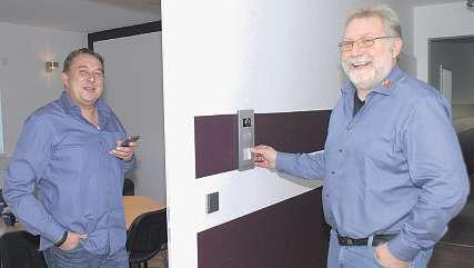 Eine Videosprechanlage erleichtert das Leben: Andreas Pehlke (links) und Rainer Wiening installieren die praktischen Überwachungsgeräte auch in Privathaushalten Foto: Tina Jordan