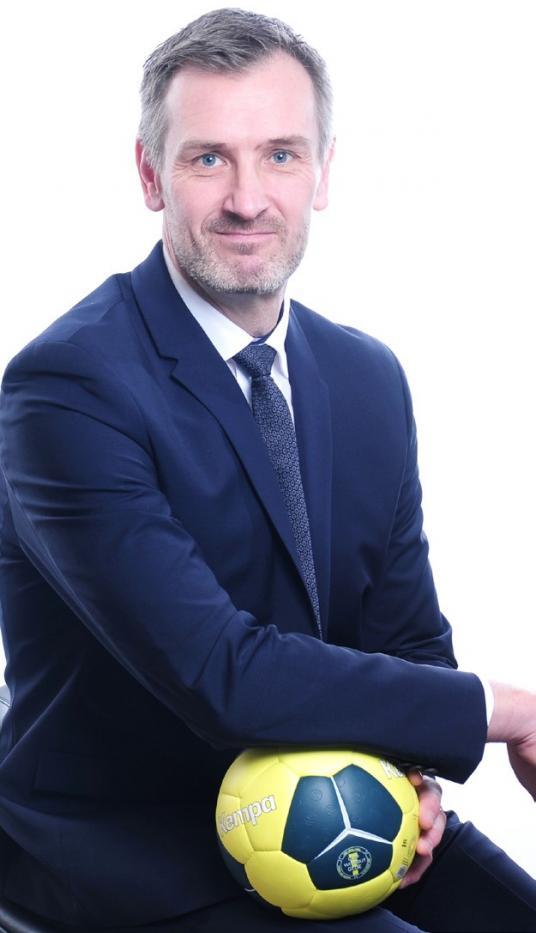 Martin Schmidt spielte von 1991 bis 2003 auf der Position des Rechtsaußen beim Handball-Rekordmeister THW Kiel und errang mit diesem sieben Deutsche-Meister-Titel, mehrere DHB-, Supercup- und EHF-Pokalsiege. Heute ist der 42-malige Handball-Nationalspieler und studierte Diplom-Betriebswirt als Spielerberater im Profi-Handball sowie als Führungskräfte- und Kommunikationstrainer erfolgreich.