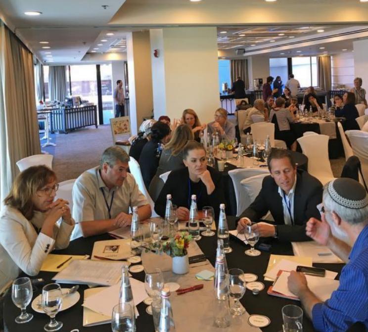 Linda Residovic (am Tisch in der Mitte) in Tel AvivFOTO: EVVC