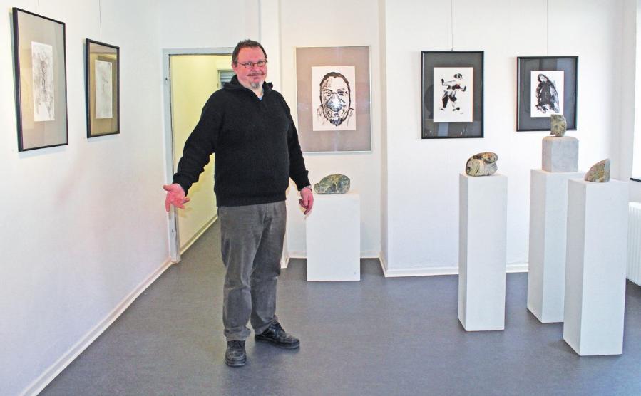 Walter Winter zeigte Vielfalt in seiner ersten Einzelausstellung auf Burg Neuhaus mit Bildern, Skulpturen und Installationen.