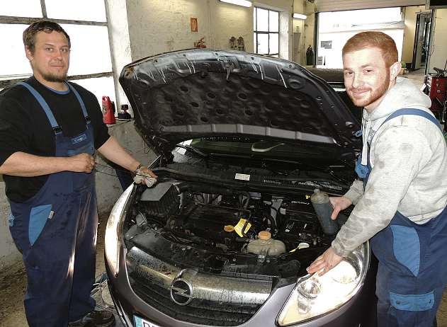 Die Kfz-Profis Matthias Wenger (li.) und Nidjirvan Misho machen das Auto frühjahrsfit. FOTO: TAU