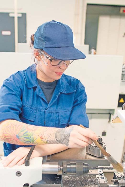 Hier arbeitet Anastasia Duckert an einer Drehmaschine. Foto: Klaus-Dietmar Gabbert/dpa