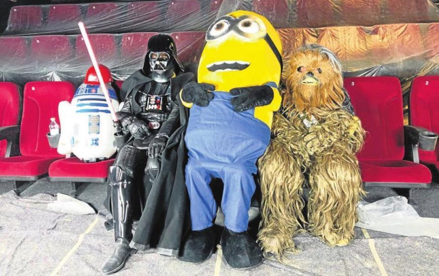 Außerirdische Gäste zu Gast. Von links nach rechts: Auch R2-D2, Darth Vader, Minion und Chewbacca (alle aus Star Wars, außer der Minion) werden bei der Neueröffnung des Cineplex Meitingen am Samstag, 17. März, im Kino erwartet. Fotos: KinoGruppeRusch