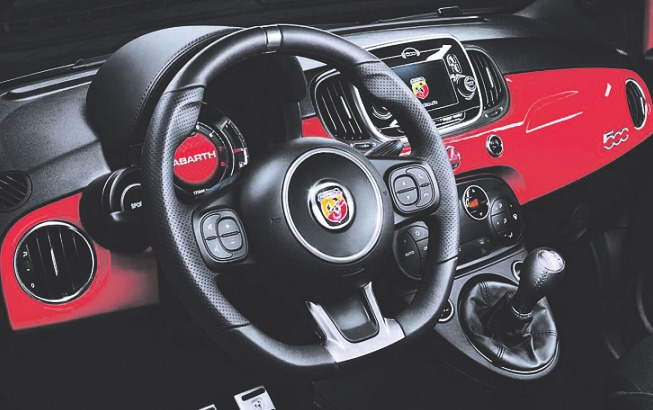 Ansprechendes Design durch Kontrastfarben im Cockpit. Foto: Abarth