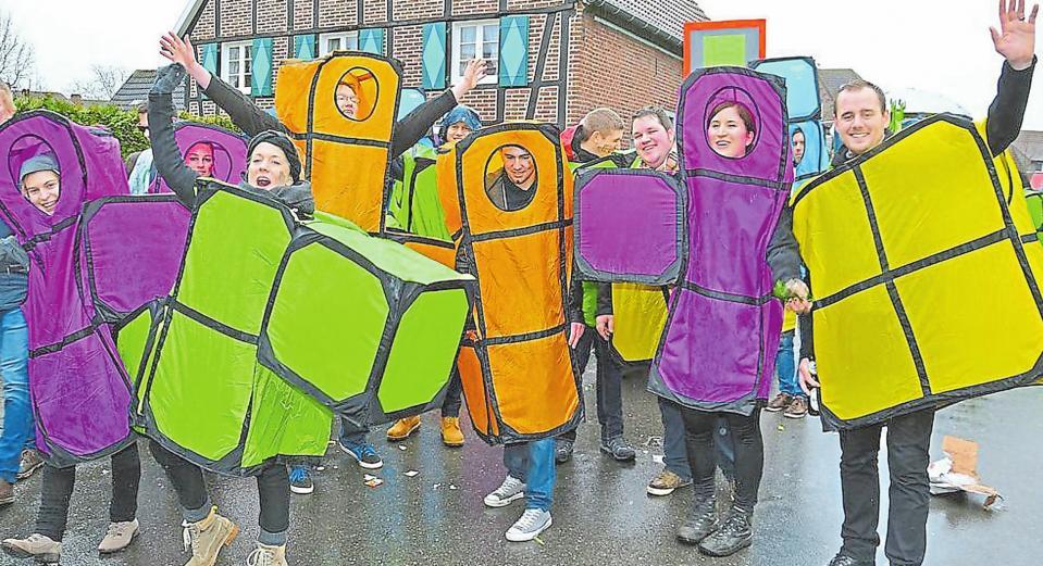 Kunterbunt und kreativ kommen die Kostüme der Fußtruppen und Wagenbauer daher, die sich in den Ottmarsbocholter Umzug einreihen und Stimmung machen.