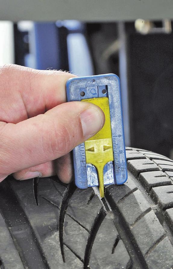 Experten empfehlen vier Millimeter Mindestprofil bei Winterreifen. Foto: djd/Kfzgewerbe