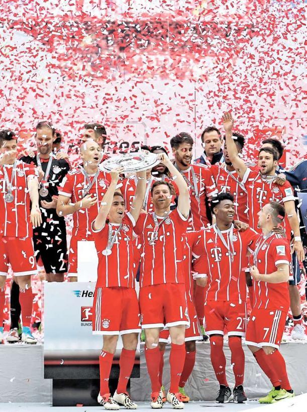 Der FC Bayern feierte auch in der Saison 2016/17 die deutsche Meisterschaft – und stellte mit dem 27. Titel in 54 Jahren Bundesliga eine Bestmarke auf: Es war der fünfte Gewinn der Schale in Folge. Und für Philipp Lahm und Xabi Alonso (vorn, v. l.) war es zugleich der Abschluss ihrer großartigen Karrieren.