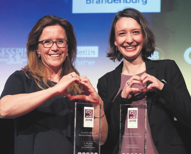 Volltreffer: Antje Sakreida (links) und Hannah Bolch von Scandic Hotels freuen sich über zwei Awards.Foto: Konstantin Gastmann
