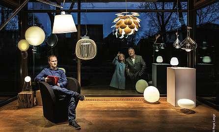 Björn Norkeweit (vorne) sowie Sigrid und Michael Norkeweit finden für ihre Kunden das richtige Licht. FOTO: HFR