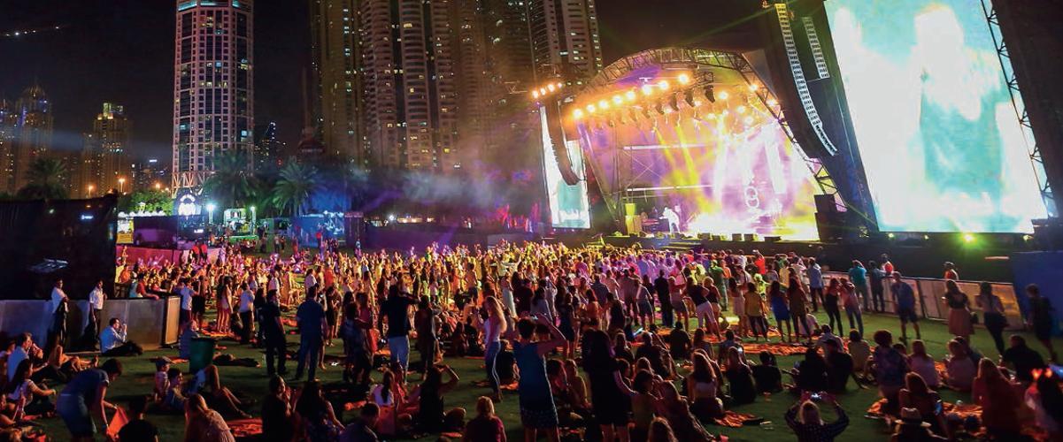 Dubai hat Strahlkraft: Ein Corporate Event vor beeindruckender Hochhaus-Kulisse.