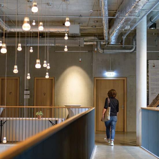 """Erleuchtung garantiertDas multifunktionale Wälderhaus mit dem """"Hotel Raphael"""", dem Restaurant """"Wilhelms"""" sowie den Tagungsräumen und der permanenten Ausstellung """"Science Center Wald"""" ist fast ausschließlich aus Holz gebaut und wird CO2-neutral betrieben"""