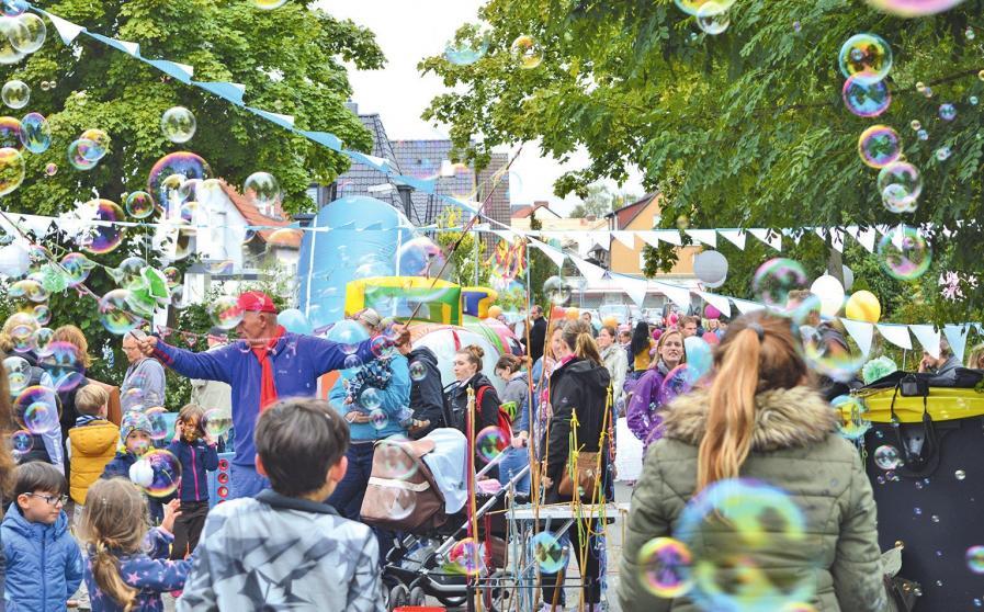 Bunt schillernde Riesenseifenblasen verzaubern große und kleine Grille-Besucher.