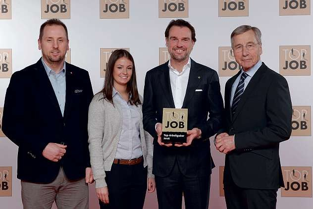 """Das team baucenter erhielt das """"Top Job""""-Siegel aus den Händen des ehemaligen Bundeswirtschaftsministers Wolfgang Clement. FOTO: CONNY TUECH"""