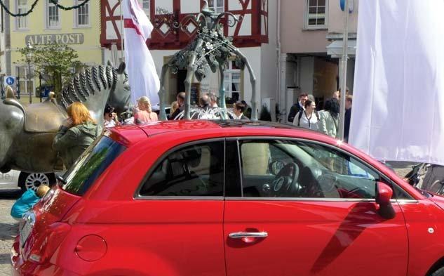 """Autos begutachten, ein bisschen flanieren, ein Fachgespräch unter Autoexperten halten oder auf ein Schöppchen bei den Alzeyer Winzern """"einkehren"""" – abwechslungsreich präsentieren sich Ross- und Fischmarkt am Event-Wochenende """"Auto, Wein & Einkaufsspaß"""". Fotos: b+e medien"""