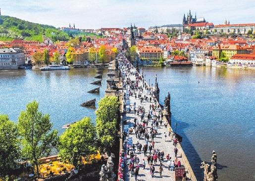 Die Prager Karlsbrücke verbindet die Altstadt mit der Kleinseite.
