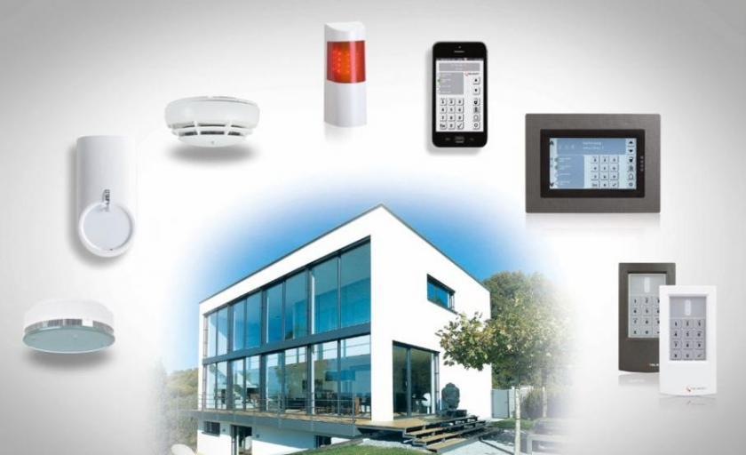 """Mit dem Alarmanlagen-Paket """"Compact Smart & Safe KNX"""" für Häuser und Wohnungen sind Bewohner rundum geschützt. Auf Wunsch lassen sich auch komplexe Smart-Home-Funktionen steuern"""