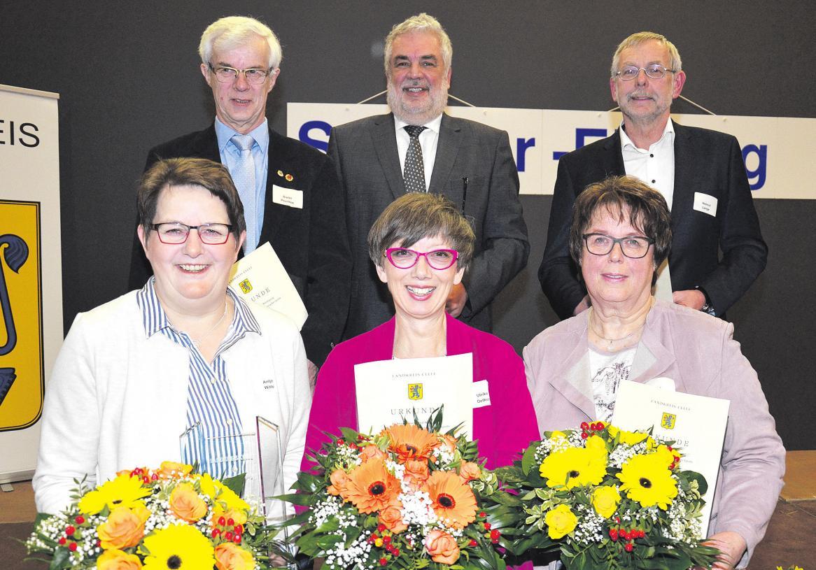 Landrat Klaus Wiswe (hintere Reihe Mitte) zeichnete im Rahmen der diesjährigen Sportlerehrung des Landkreises Celle fünf Ehrenamtliche für ihre Arbeit aus.
