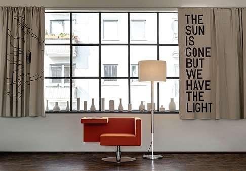 Die Leuchte Jones von Serien.lighting lässt sich manuell in der Höhe verstellen. FOTO: HFR