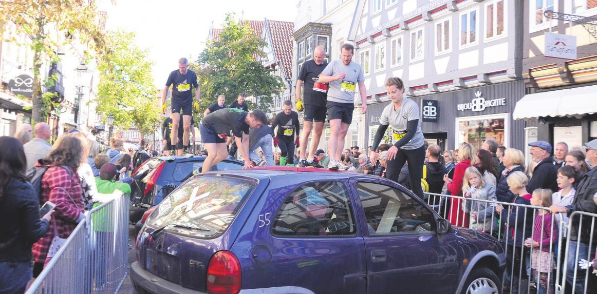Statt über Stock und Stein ging es bei der Urban Challenge in Celle unter anderem über alte Autos. Fotos: Wasinski