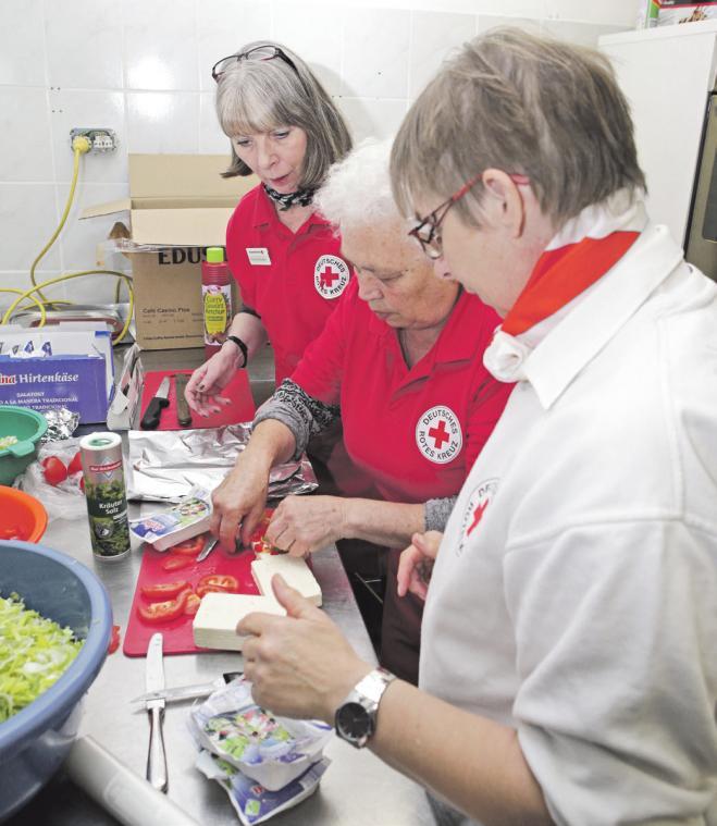 Obligatorisch ist ein nahrhafter Snack nach der Blutspende, der von fleißigen Helferinnen vorbereitet wird.