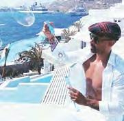 Es heißt, Profis lebten in einer Blase – Leverkusens Karim Bellarabi machte auf Mykonos Seifenblasen.