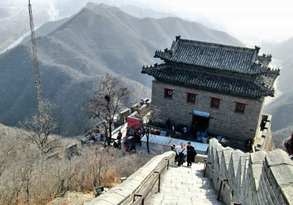 Auch die Wehrtürme in Badaling wurden vollständig rekonstruiert. Je höher man steigt, desto gewaltiger wird die Aussicht. Fotos: Julia Heitchen