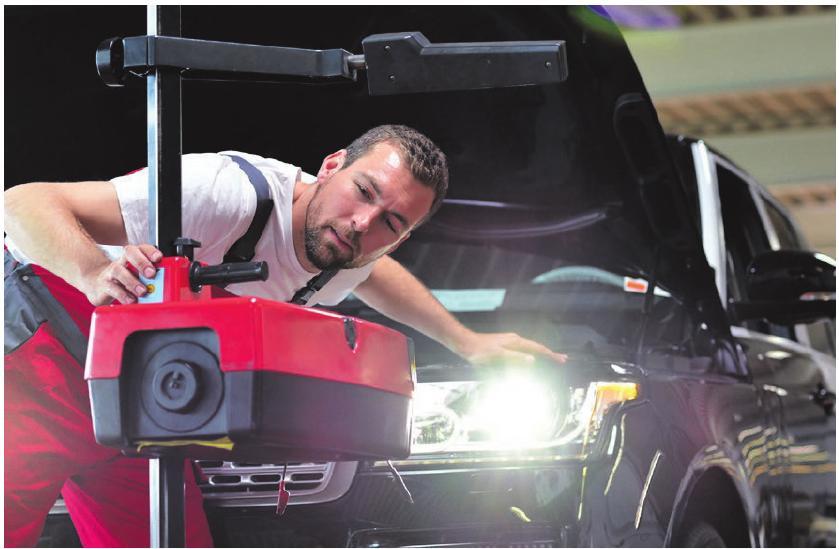 In der Werkstatt wird von den Profis geprüft, ob die Lichter alle richtig eingestellt sind. Foto: fotolia.de/industrieblick