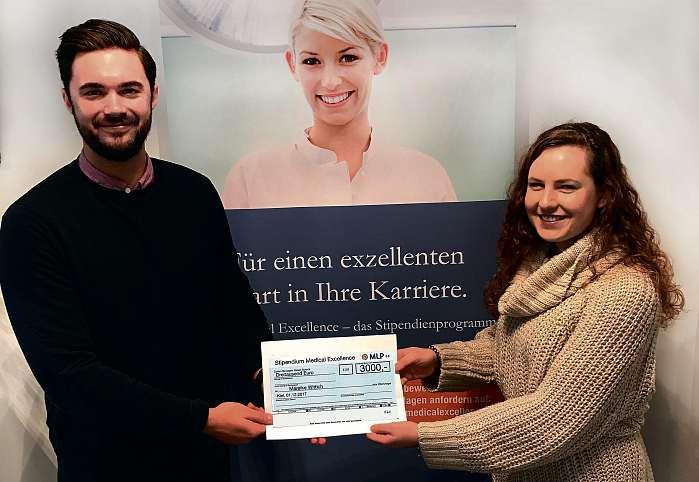 Mareike Wittich, Studentin an der CAU zu Kiel, bekommt die Fördersumme von 3.000 Euro von ihrem MLP-Berater Tim Kreft überreicht. FOTO: HFR