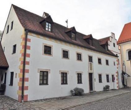 Im Alten Spital in Hohenwart ist ganz rechts im Turm der Seminarraum der Akademie untergebracht.