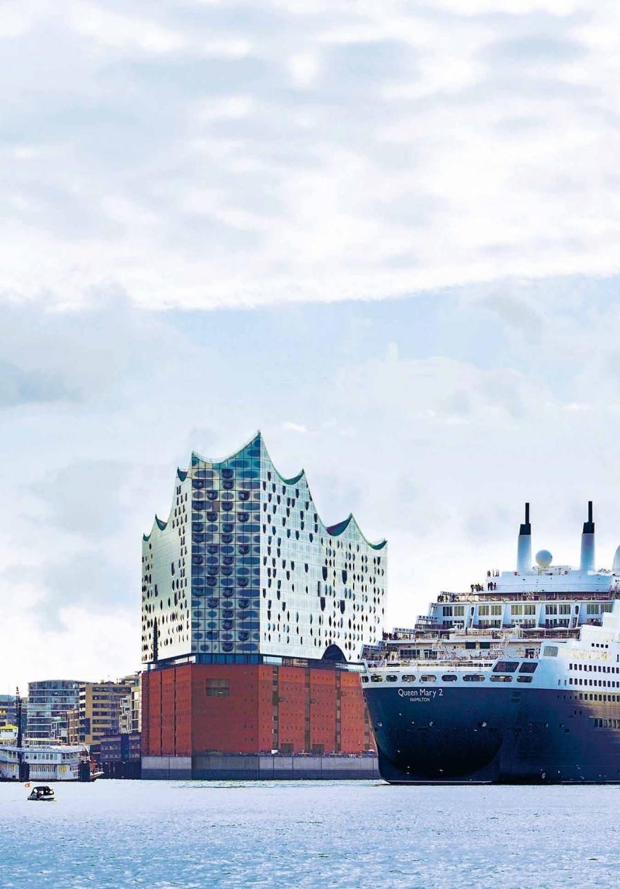 """Ein Anblick, der bei Touristen für Gänsehaut sorgt: """"Queen Mary 2"""", Flaggschiff der Cunard Flotte, und Elphi, Wahrzeichen von internationalem Rang"""