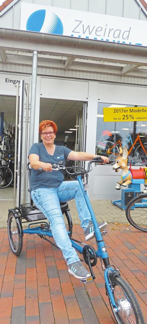 Mitarbeiterin Andrea Pohl auf einem modernen Dreirad.Foto: Alexandra Schlüter