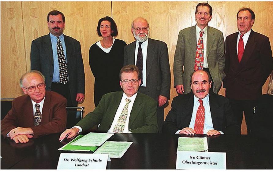 Die Hauptakteure bei der Vertragsunterzeichnung, sitzend von links: Die Landräte Erich Josef Geßner (Neu-Ulm) und Wolfgang Schürle (Alb-Donau) sowie die Oberbürgermeister Ivo Gönner (Ulm) und Beate Merk (Neu-Ulm). Foto: Reiner Wolf/SWP-Archiv
