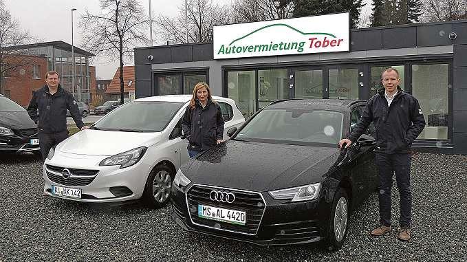 Christoph Voß, Marietta Schmiedehausen und Lars Viertel (v.li.) sind zur Stelle, wenn ein Ersatzwagen benötigt wird. FOTO: TAU