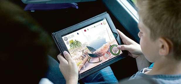 Auch im Reisebus möchten viele Fahrgäste ihre mobilen Endgeräte nutzen können. FOTO: GBK – GÜTEGEMEINSCHAFT BUSKOMFORT E.V.