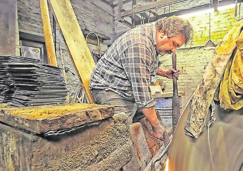 So wie hier Dirk Fromm im Manuelskotten Messer schliff, arbeiteten schon im 19. Jahrhundert die Schmiede und Schleifer.Archiv-Foto: Andreas Fischer