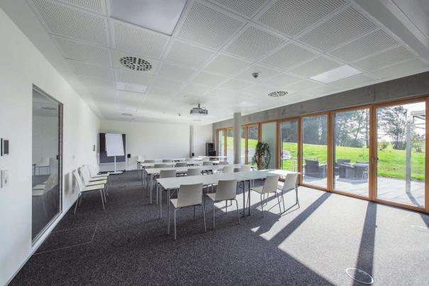 Seit mehr als 20 Jahren führt Harald Sulzer Schulungen im Bereich Raum- und Gebäudeautomation durch. Im eigens dafür eingerichteten Schulungsraum befinden sich modernste Geräte.