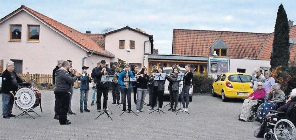 Die Weisachtaler Blasmusik bei ihrem Kirchweihständele im vergangenen Jahr am Therese-Stählin- Haus in der Zeilbergsiedlung. Foto: Archiv-Schmidt