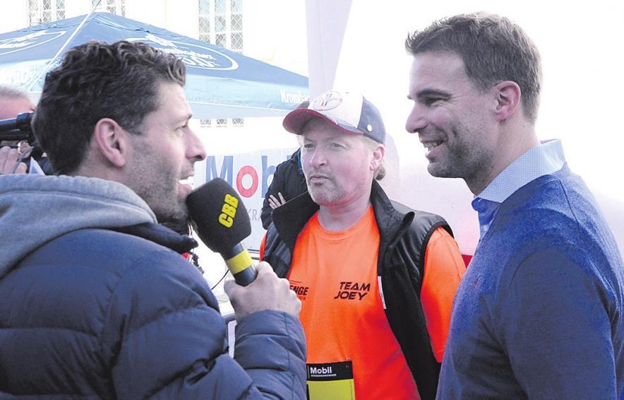 Kurz vor dem Beginn des Laufes stellten sich Celles Oberbürgermeister Dr. Jörg Nigge (rechts) und Joey Kelly (Mitte) noch einigen Fragen, ehe beide die offizielle Startglocke läuteten.