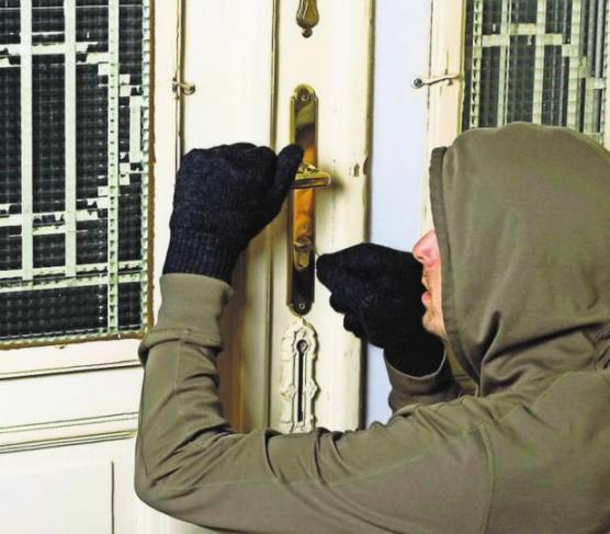 Ein unbeobachteter Moment reicht dem Einbrecher, um sich Zutritt zu verschaffen. Foto: z/djd/Nürnberger
