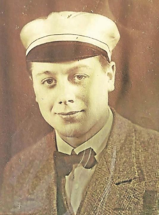 Herbert Köhrmann als Gymnasiast: Die Seidenmütze zeigte, zu welchem Jahrgang er gehörte, und musste auf der Straße immer getragen werden.Foto: Herbert Köhrmann