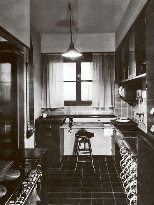 """Die 1926 von der Architektin Margarete Schütte- Lihotzky vorgestellte """"Frankfurter Küche"""" war die erste Einbauküche überhaupt"""